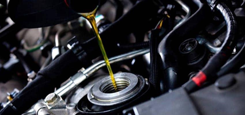 echando aceite en el motor